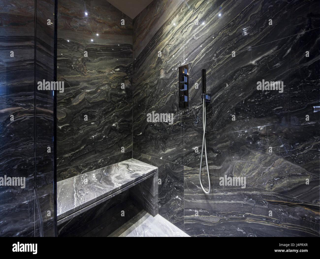 Bagni In Marmo Nero : Interno del bagno moderno con marmo nero foto & immagine stock