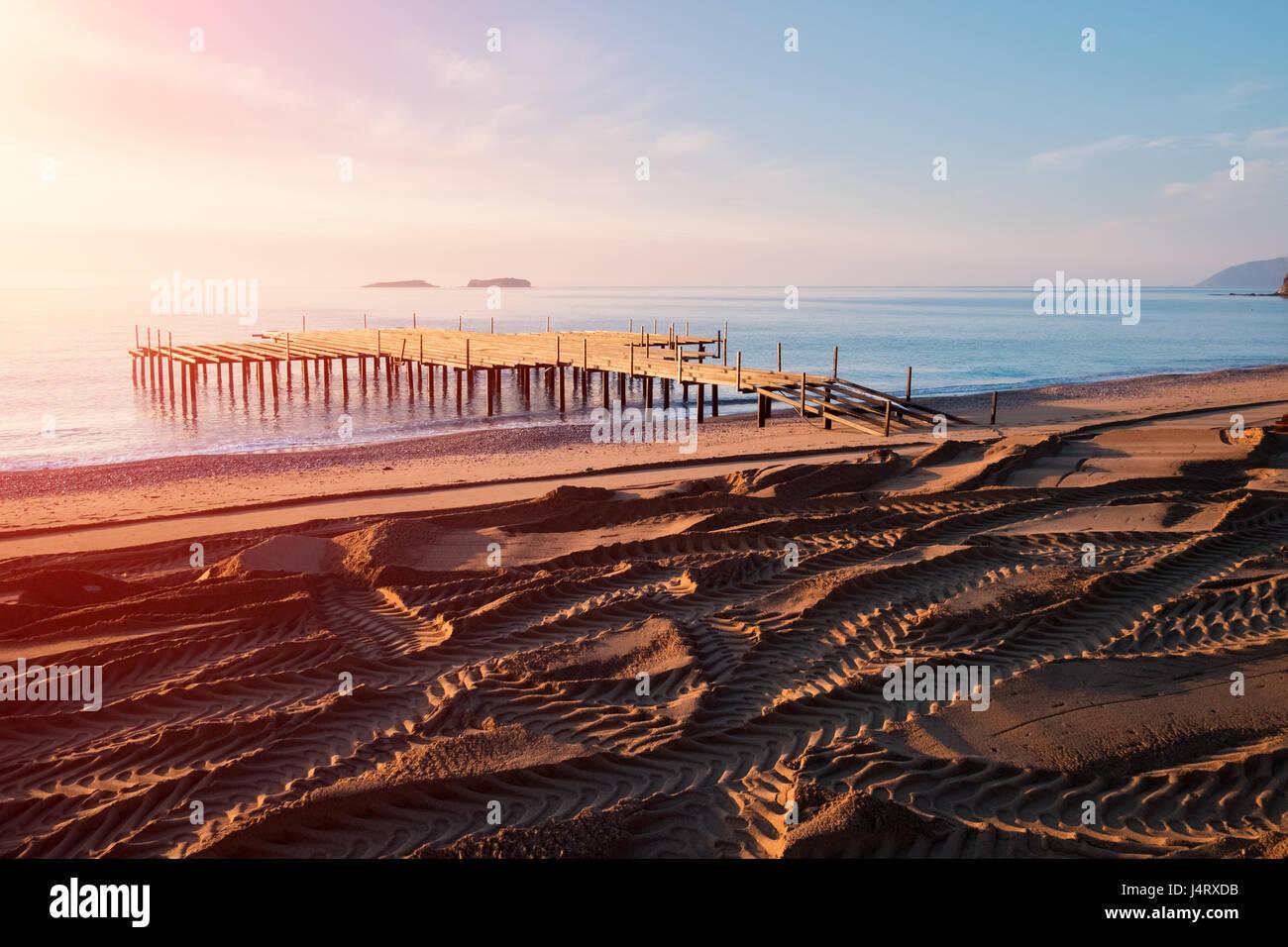 Installazione di terrazza estiva sulla spiaggia. Vista mozzafiato sul mar Mediterraneo. Sabbia importata su una Immagini Stock