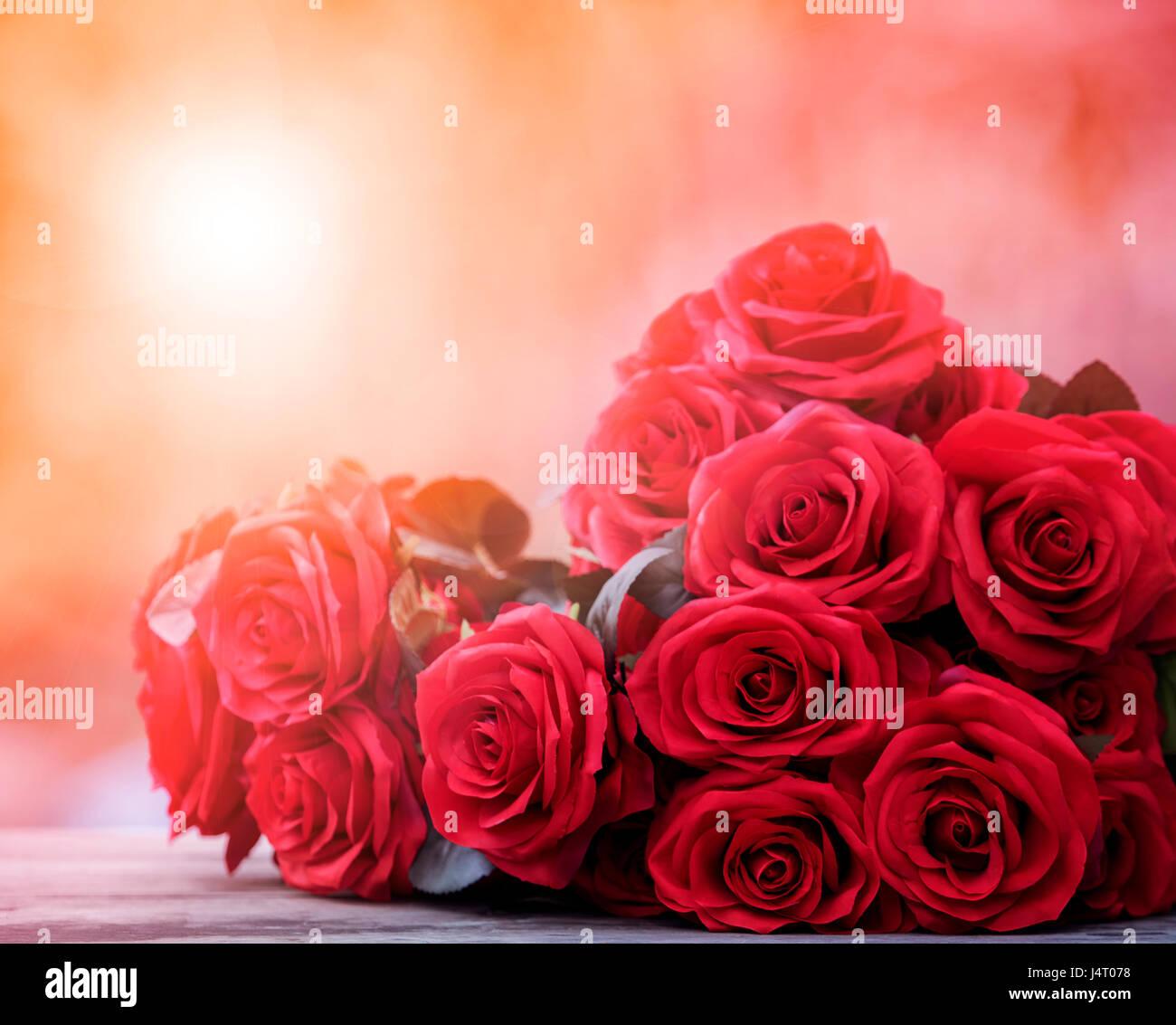 close up bellissime rose rosse bouguet con luce incandescente sfondo per il giorno di san valentino e tema damore