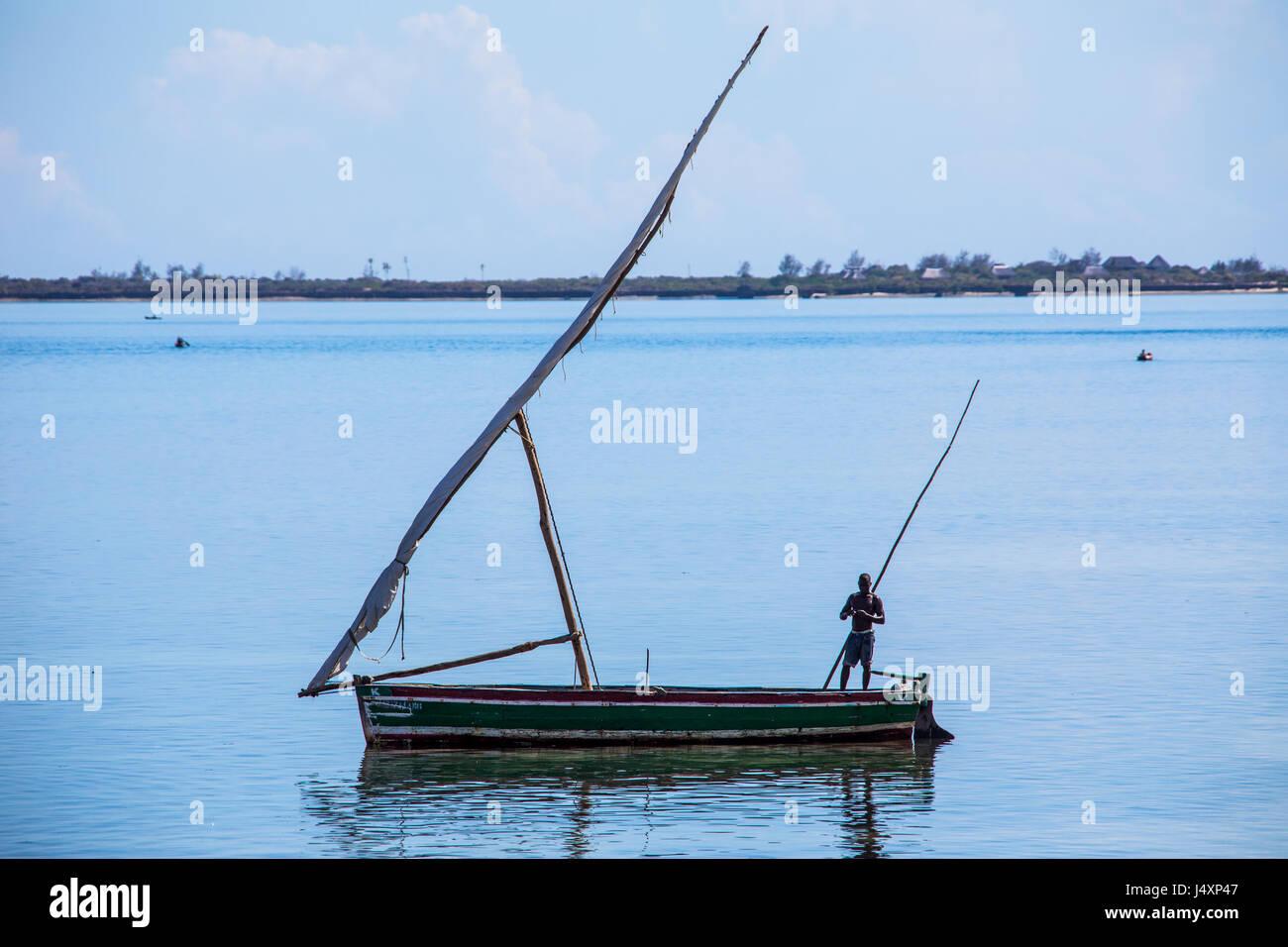 Piccola barca a vela sul isola di Mozambico (Ilha de Mocambique), Mozambico Immagini Stock