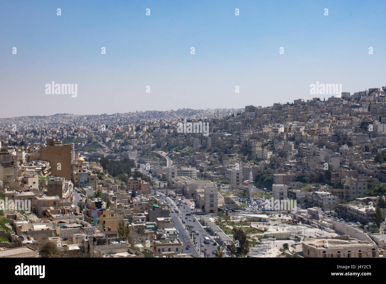 Vista di Amman moderna e i vecchi edifici tra cui il Teatro Romano sotto la collina della cittadella di Amman. Opaco Immagini Stock