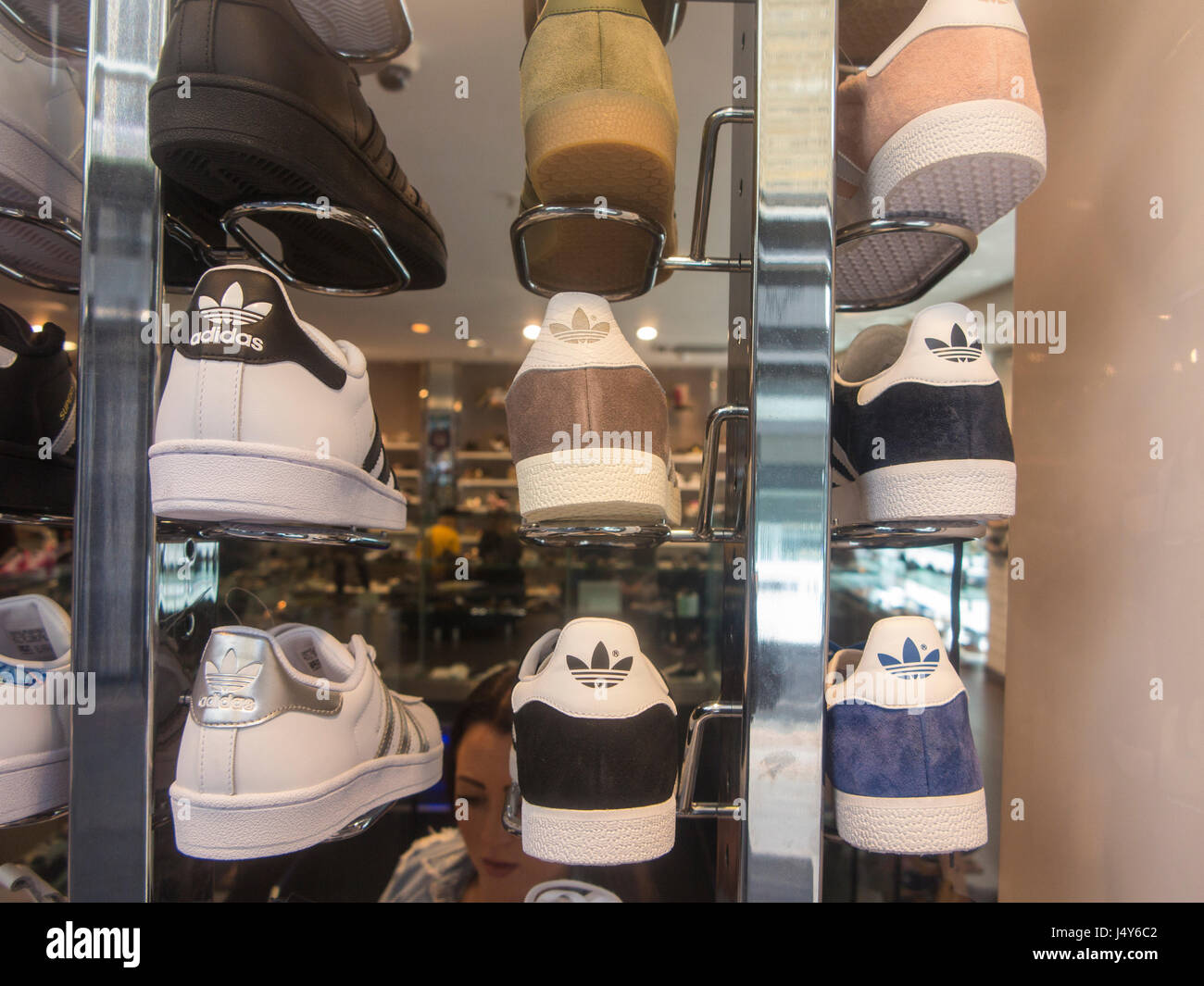Kids Shoes Display Immagini   Kids Shoes Display Fotos Stock - Alamy 87826546337