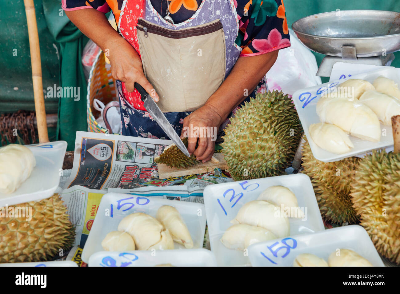 CHIANG MAI, Thailandia - 24 agosto: Donna tagli durian per la vendita al mercato il 23 agosto 2016 a Chiang Mai, Immagini Stock