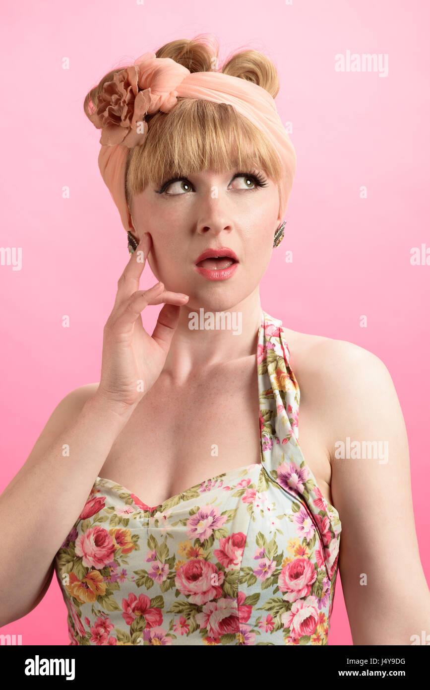 Cheeky lo stile pin up shot - close up del modello che indossa in stile vintage abbigliamento Immagini Stock