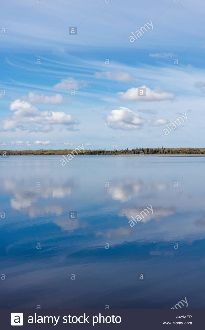 Nuvolosità variabile nuvole riflettono in Canal Lago uno dei laghi Kawartha sul Severn Trent per via navigabile Immagini Stock
