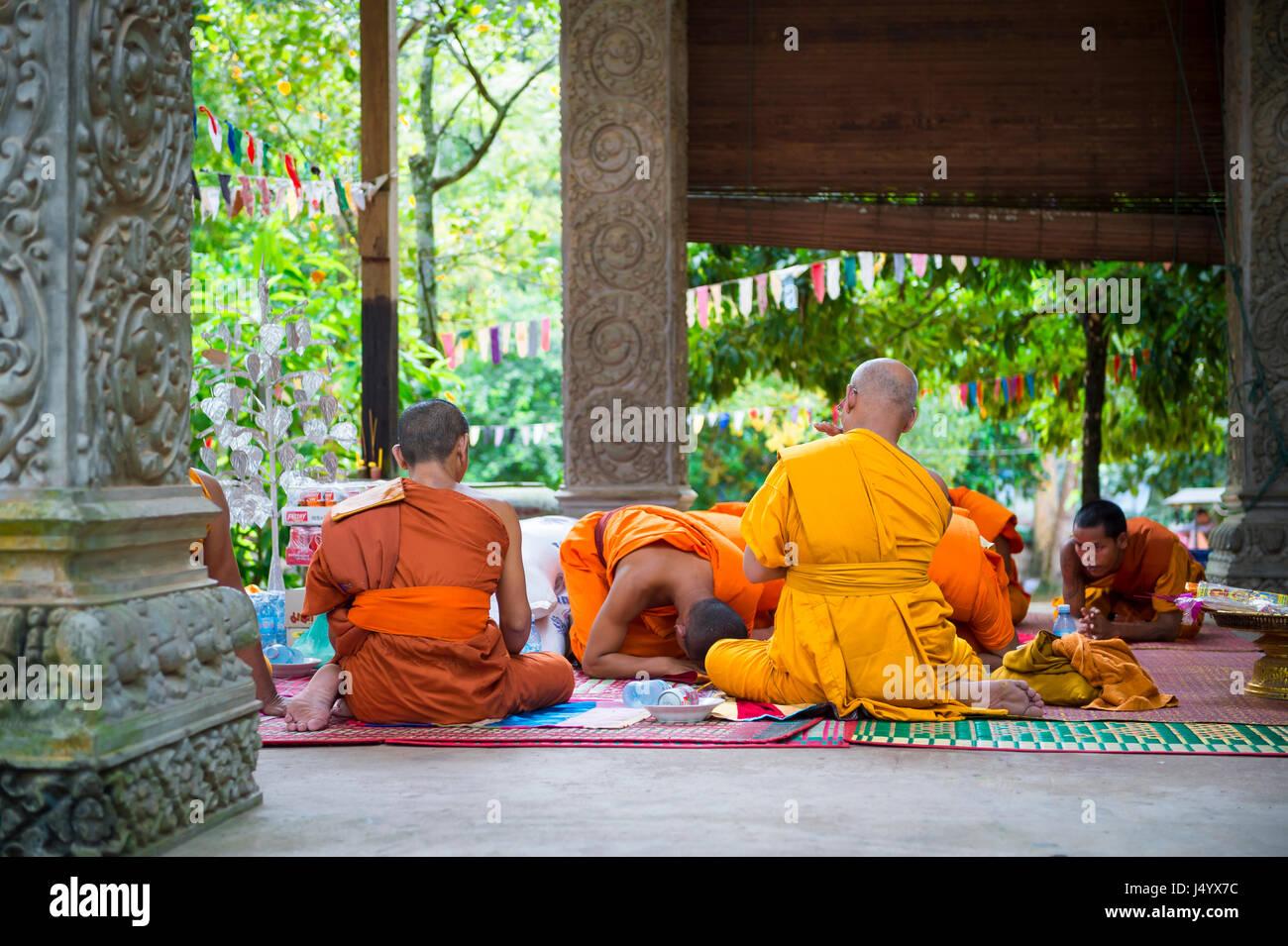 ANGKOR Wat, Cambogia - 30 ottobre 2014: i monaci buddisti in abiti dello zafferano eseguire una cerimonia in un Immagini Stock