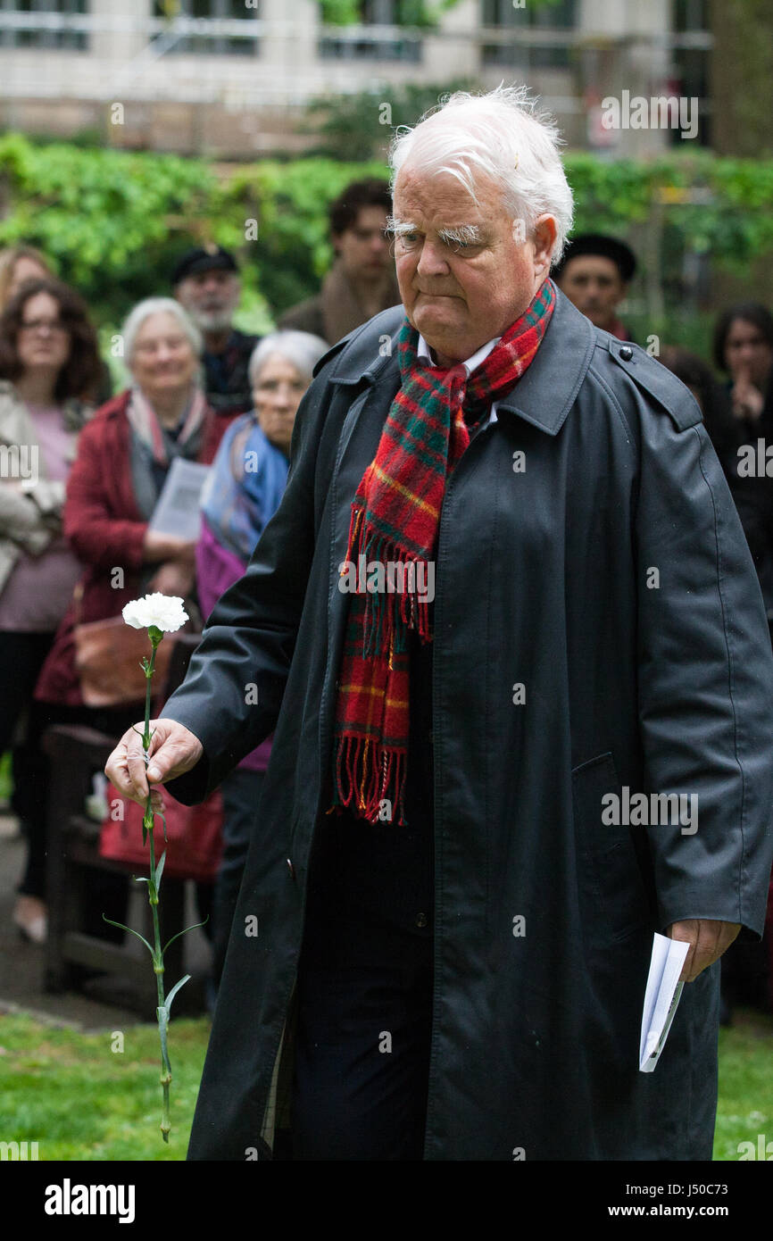 Londra, Regno Unito. 15 Maggio, 2017. Bruce Kent, attivista per la pace ed ex sacerdote cattolico, lascia un fiore Immagini Stock