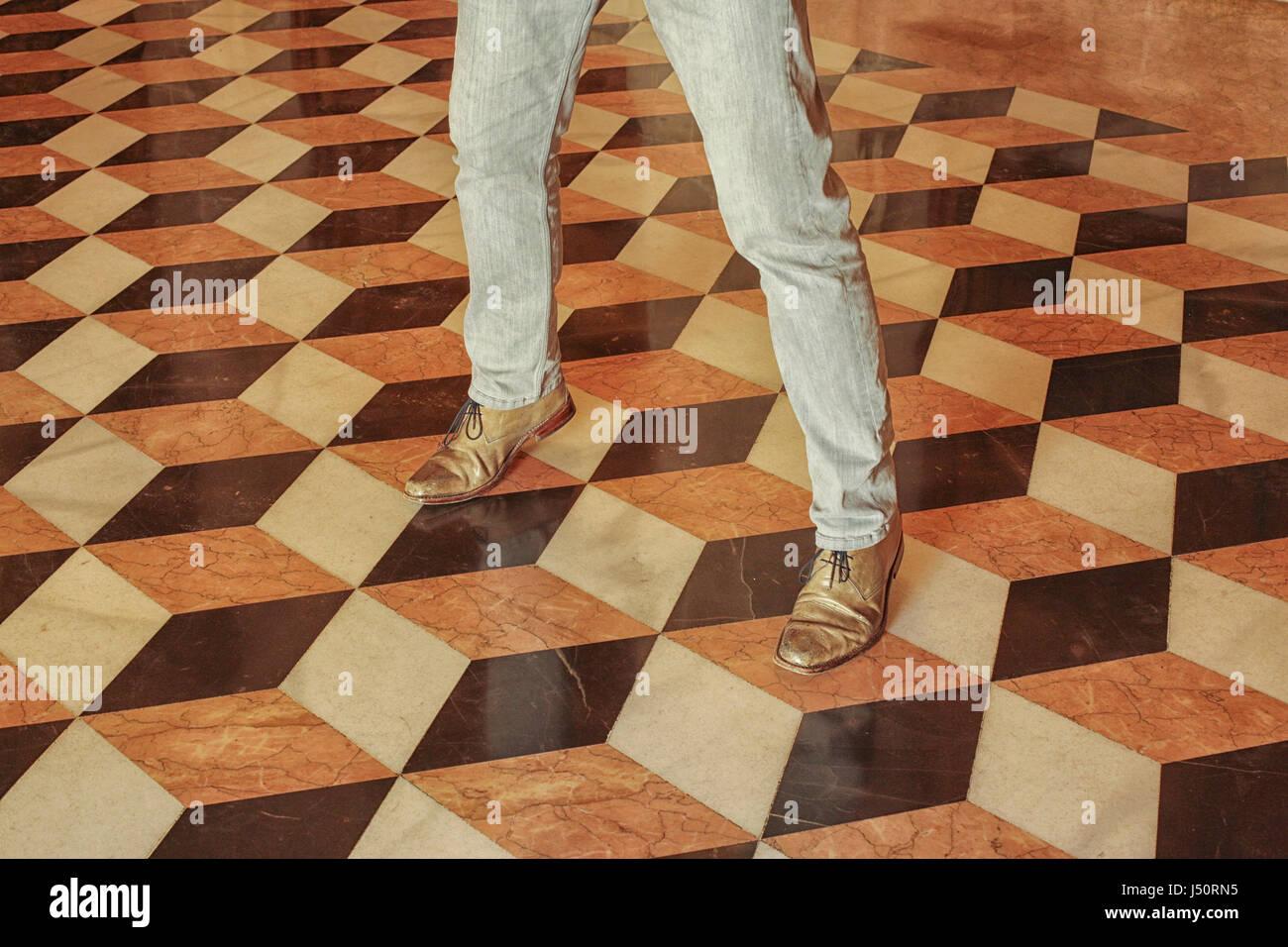 Uomo in piedi sull illusione ottica le piastrelle del pavimento