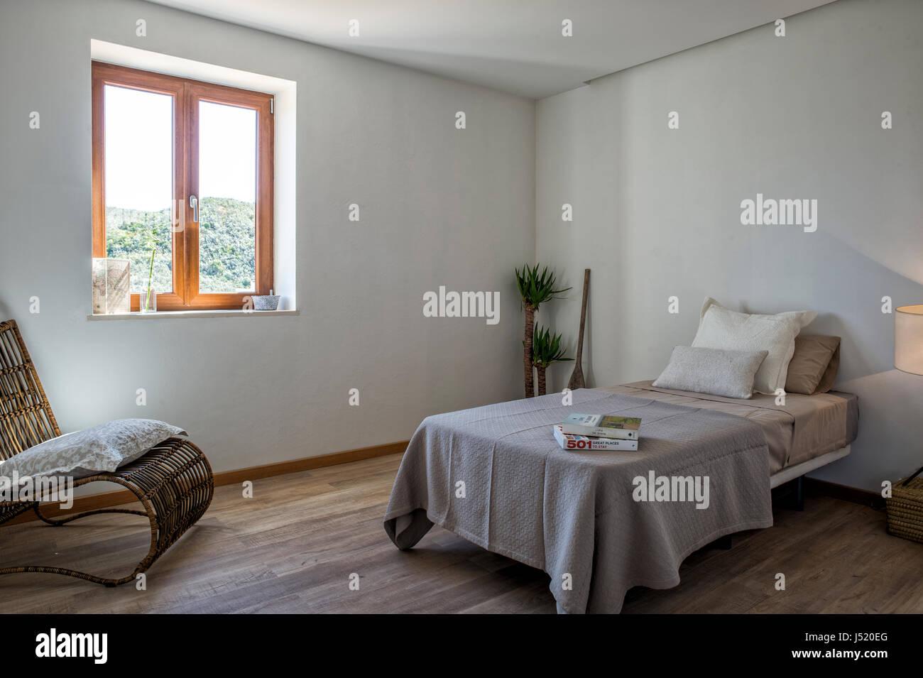 Moderna camera da letto con un letto singolo Foto & Immagine Stock ...