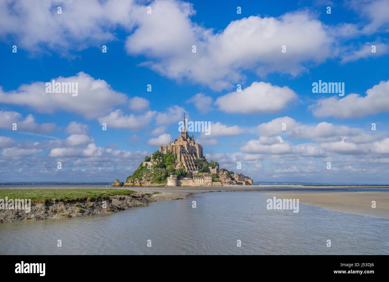 Francia, Normandia, vista di Mont Saint-Michel nell' estuario del fiume Couesnon Foto Stock