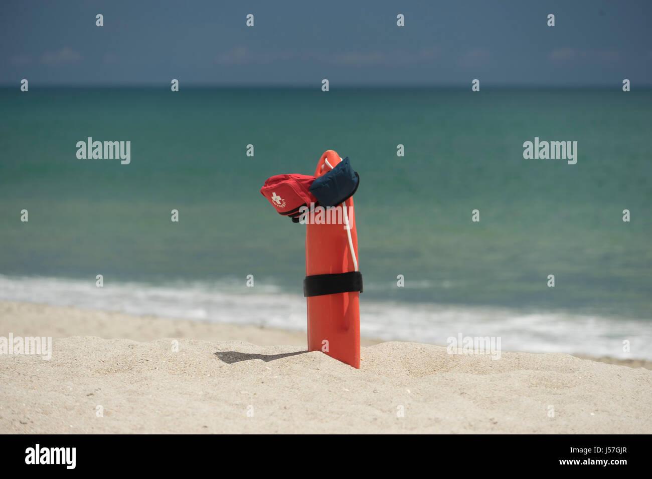 12f82e3dfbafcb Preso di fronte una stazione bagnino sulla spiaggia in Melbourne Florida  Immagini Stock