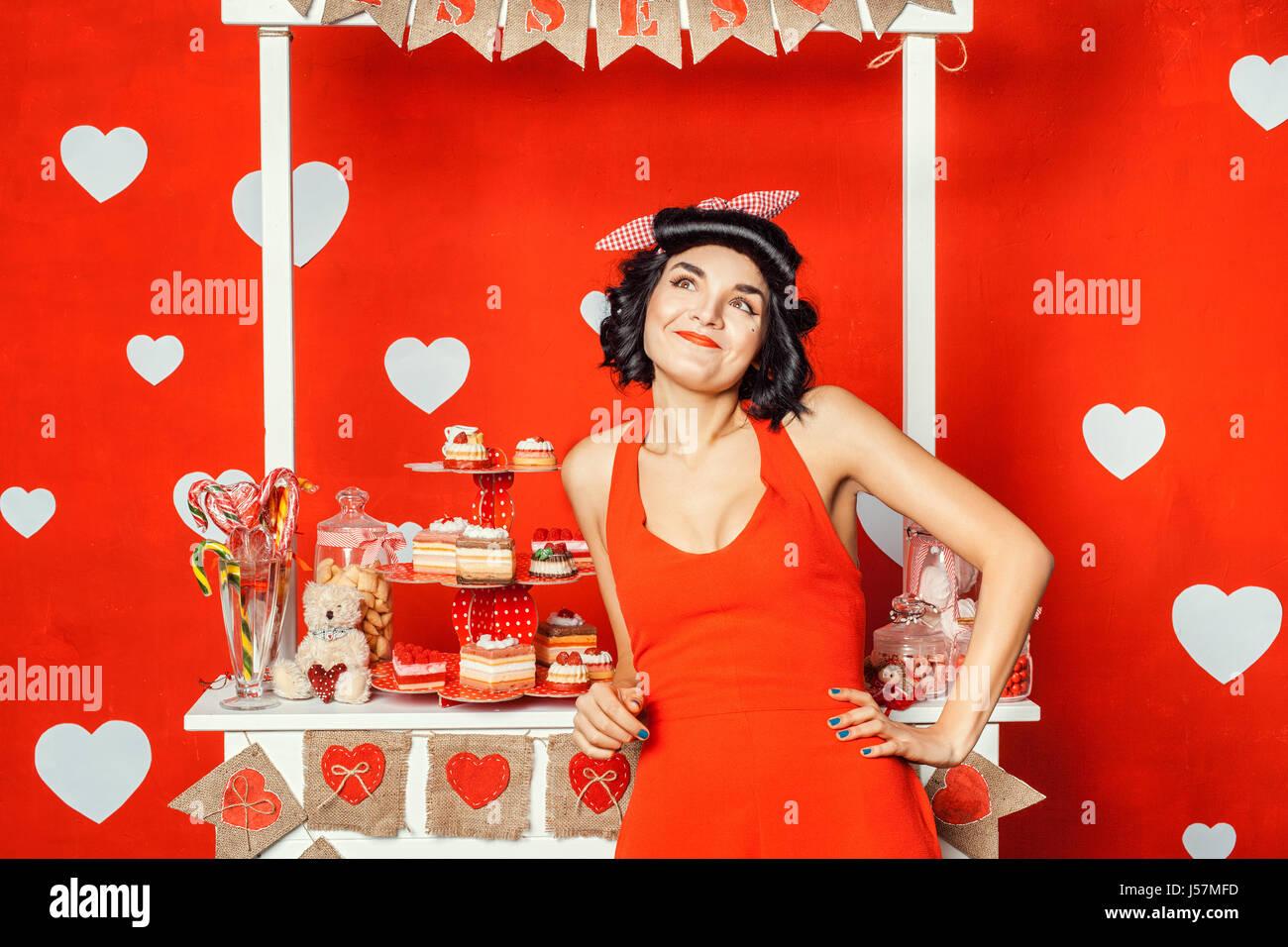 Una donna in piedi vicino al chiosco e sogni, viso sollevato e sorridente. Immagini Stock