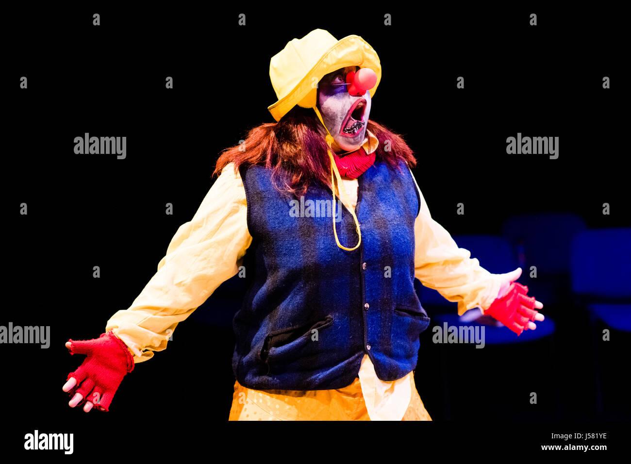 Teatro educazione nel Regno Unito: gli studenti universitari di eseguire in William Shakespeare gioco classico della Foto Stock