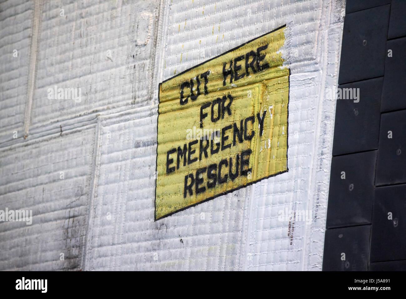 Tagliare qui soccorso in caso di emergenza segno sul flessibile di