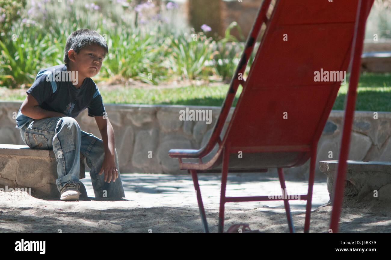 Aboriginal kid in un parco Immagini Stock
