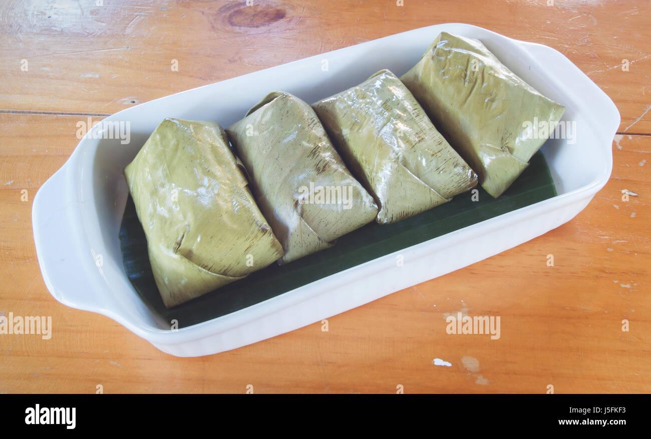 I dolci Thai mazzetto di polenta con riempimento a banana Immagini Stock