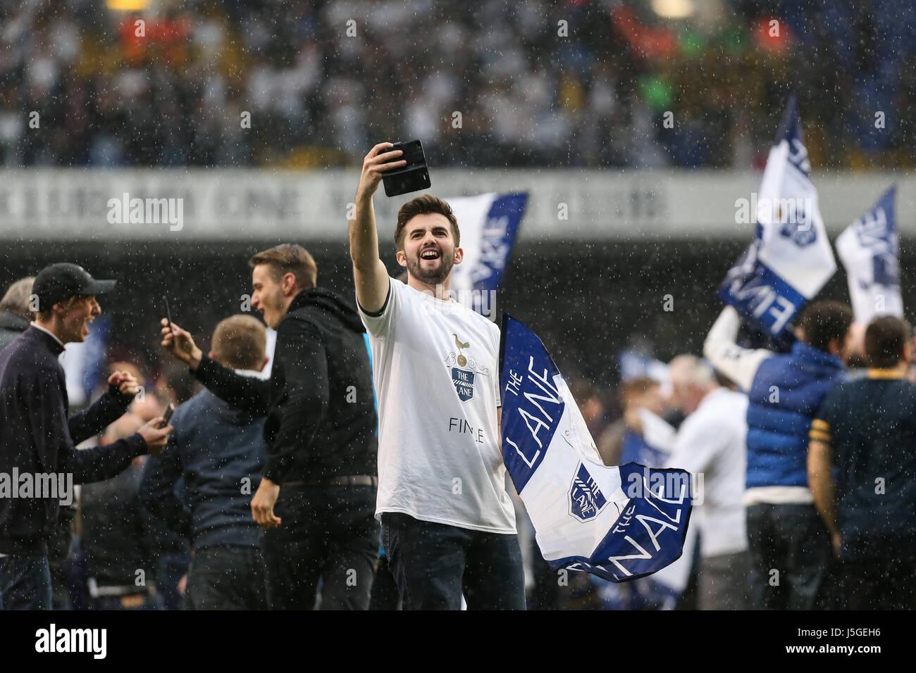 Una ventola di Tottenham prende un selfie come i tifosi invadono il passo  durante il match 5904c35167f