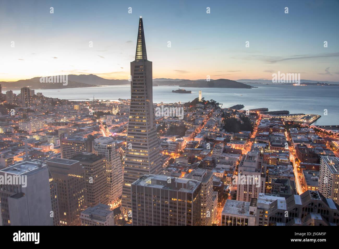 Dal Quartiere Finanziario di San Francisco e la baia, crepuscolo Immagini Stock