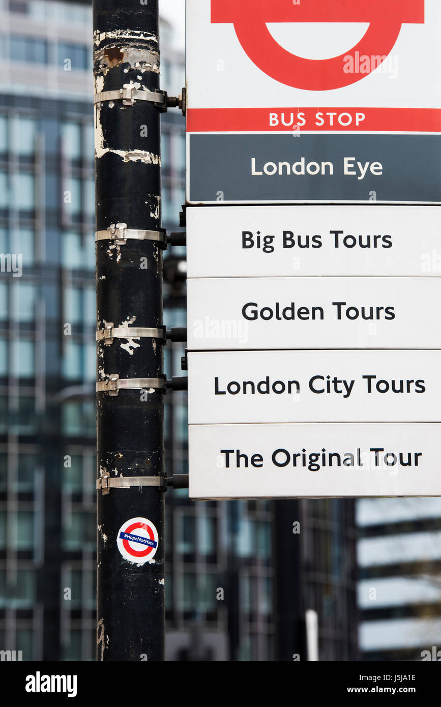 La speranza non odio un adesivo su una london bus stop signpost. Londra, Regno Unito Immagini Stock