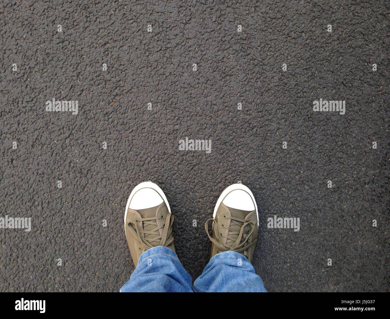Selfie del piede o dei piedi in scarpe di tela in piedi su asfalto Immagini  Stock f6ae27d241c