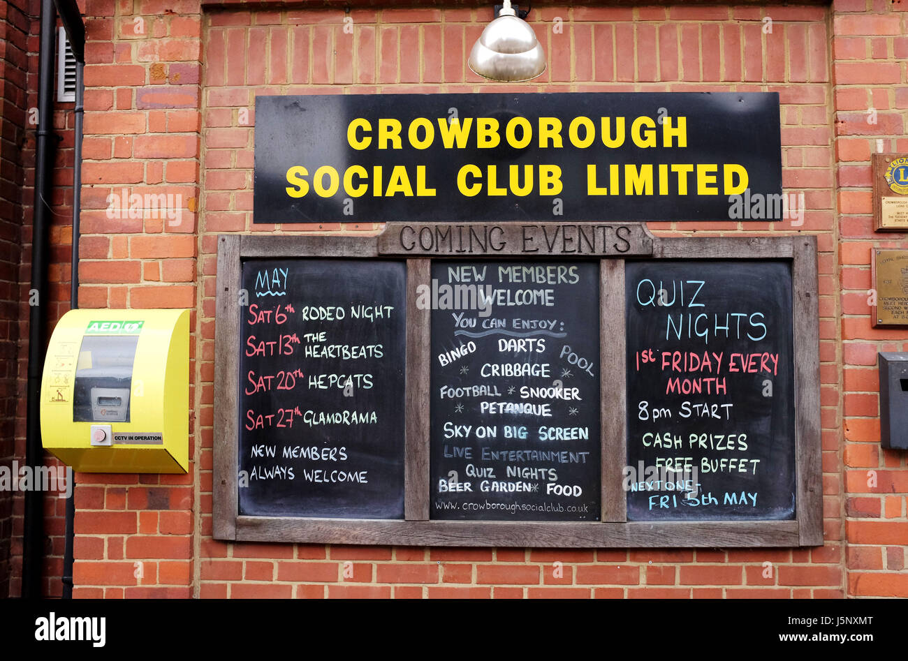 Crowborough East Sussex Regno Unito - Pubblico defibrillatore sul muro da Crowborough Social Club bacheca Immagini Stock