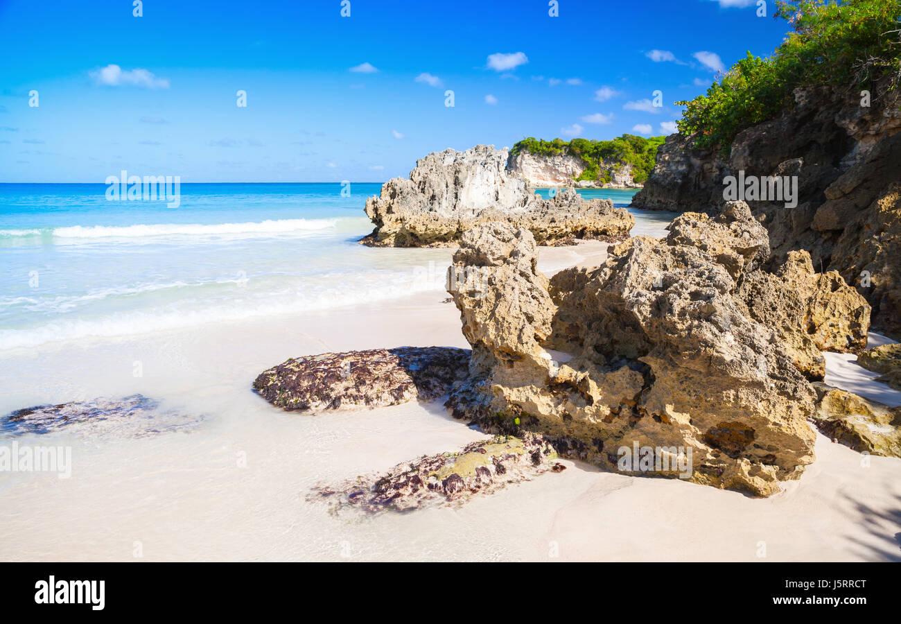 Rocce costiere della spiaggia di Macao, paesaggio naturale della Repubblica Dominicana, Hispaniola Immagini Stock