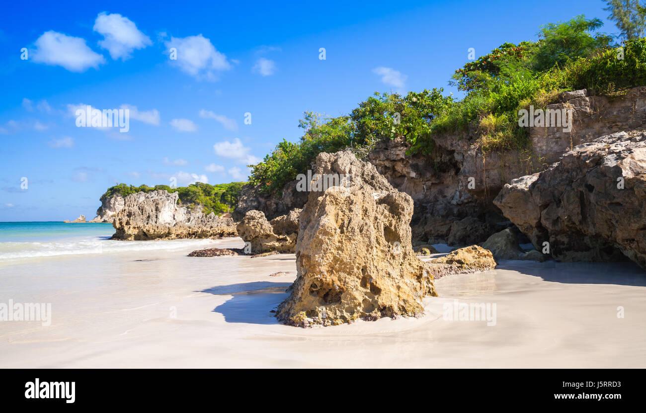 Rocce costiere della spiaggia di Macao, paesaggio naturale della Repubblica Dominicana, isola Hispaniola Immagini Stock