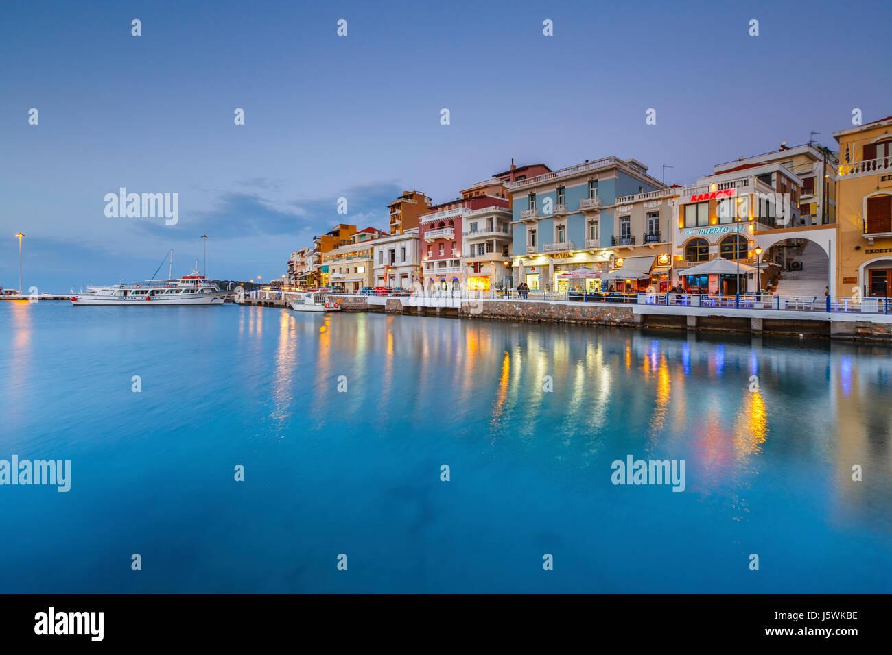 Vista serale di Agios Nikolaos ed il suo porto, Creta, Grecia. Immagini Stock