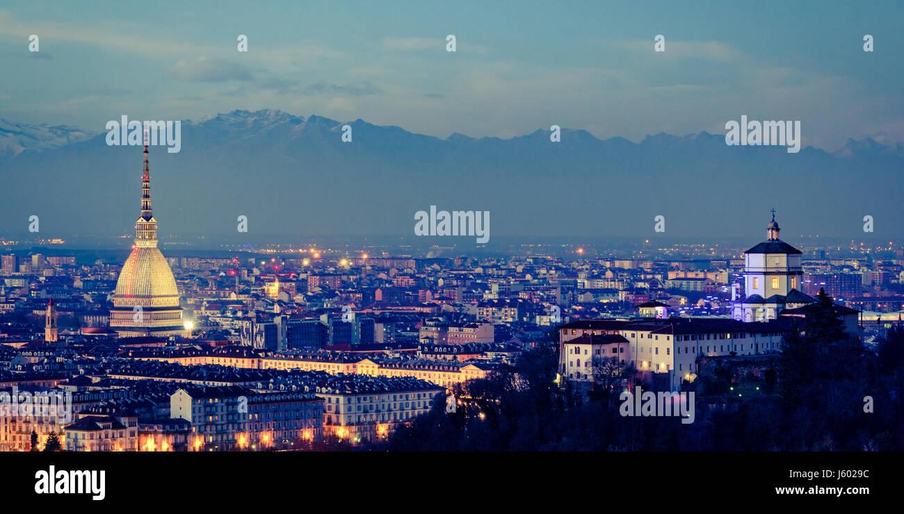 Panorama di Torino con la Mole Antonelliana e Monte dei Cappuccini effetto vintage Foto Stock