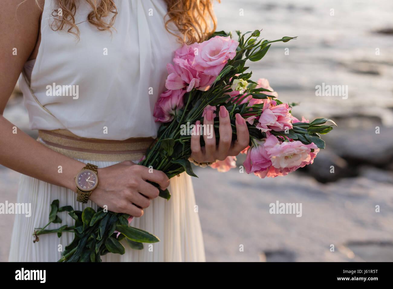 Donna mani eustoma rosa Immagini Stock