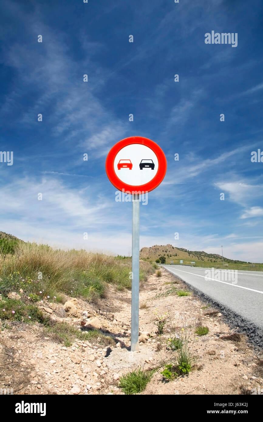 Segnale di segno asfalto autostrada Autostrada cartello stradale sorpassare firmamento cielo street Immagini Stock