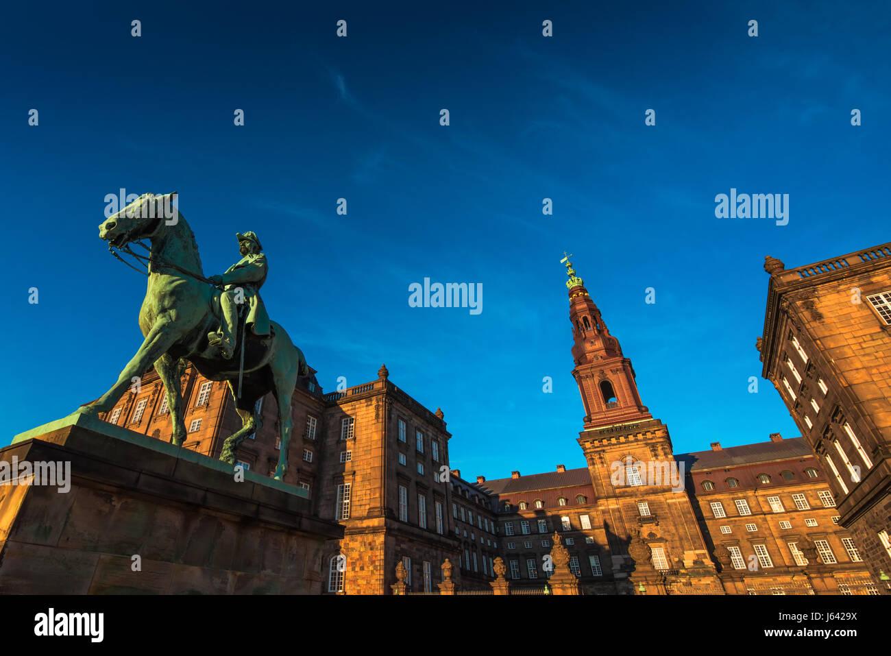 Statua equestre di re Cristiano ix Copenhagen Danimarca all'interno del parlamento danese Palazzo Christiansborg Immagini Stock