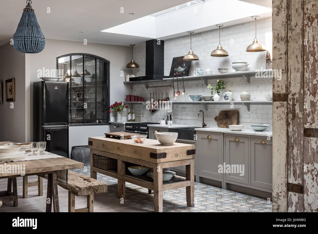 Aprire il piano cucina sophisticaed con ottone vintage