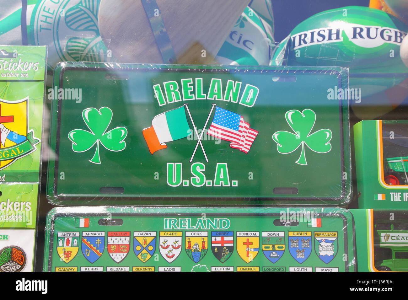Segno per la vendita in vetrina in Irlanda, affermando Irish American relazioni Immagini Stock