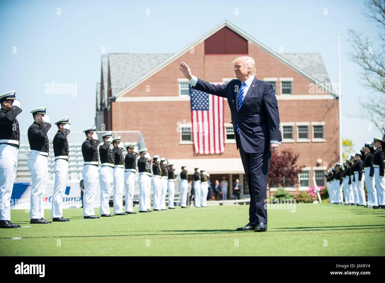 Stati Uniti Presidente Donald Trump onde come egli arriva per la 136Coast Guard Academy cerimonia di inizio Maggio Immagini Stock