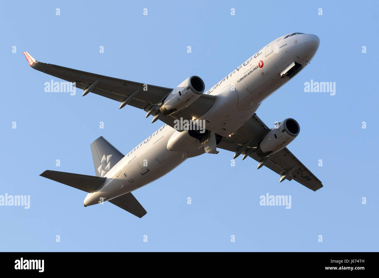 Star Alliance (Turkish Airlines) Airbus A320-232 [TC-JPP] in partenza da pista 13 in serata. Immagini Stock
