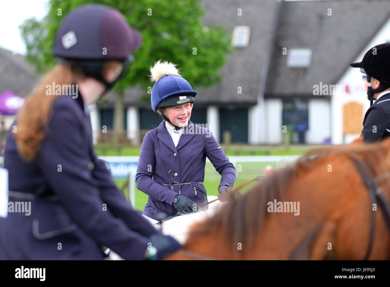 Royal Welsh Festival di Primavera, Builth Wells, Powys, Galles - Maggio 2017 - concorrenti nella junior show jumping Immagini Stock