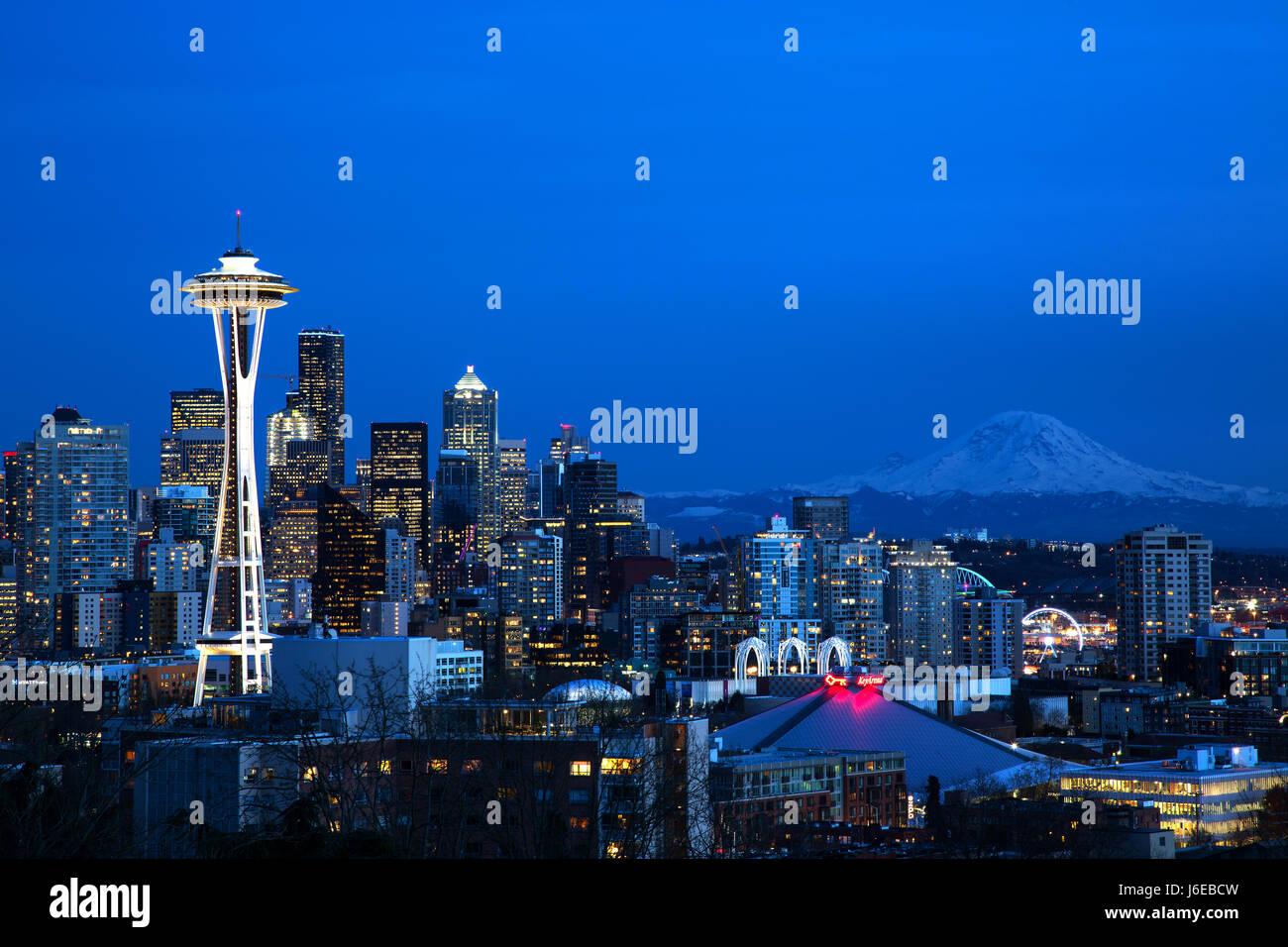 Lo skyline di Seattle con lo Space Needle e Mt. Rainier Immagini Stock
