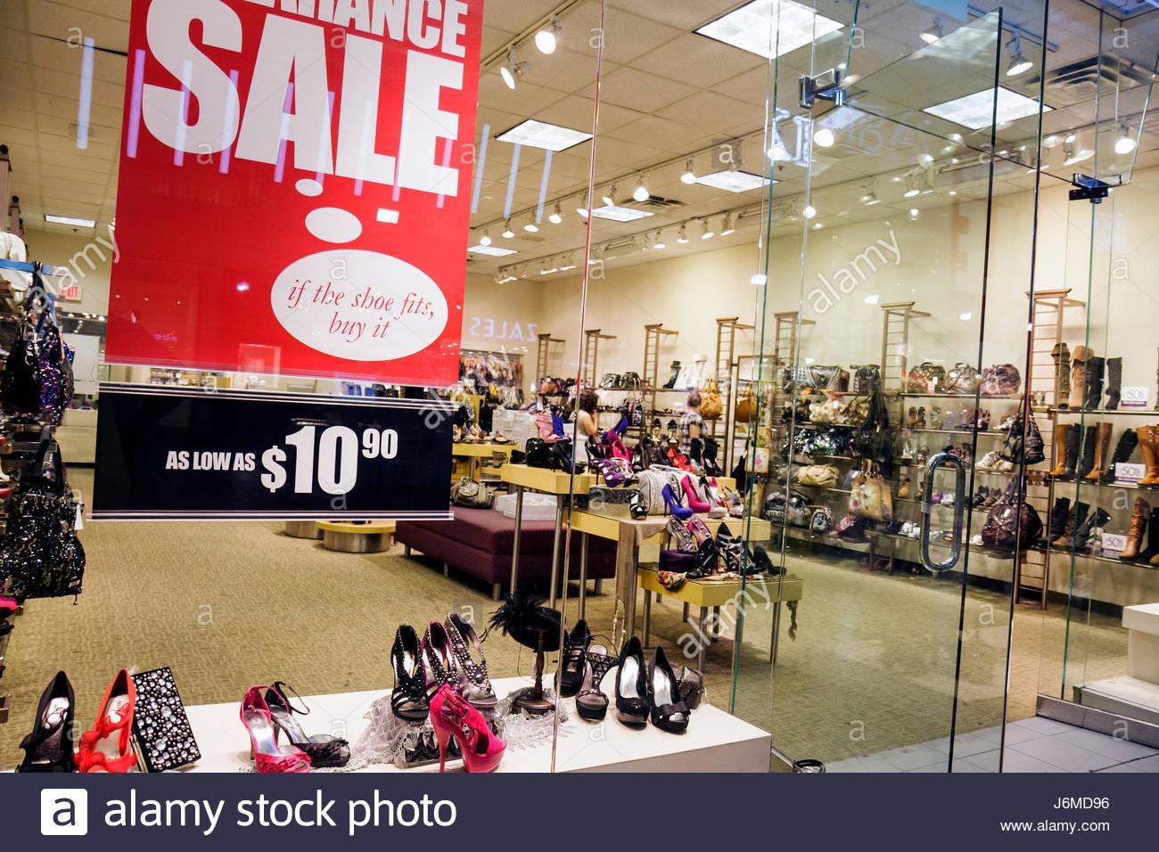 a7fac776ff599 Hialeah Miami Florida Westland Mall Shopping donna di calzature fashion retail  display per la vendita Immagini