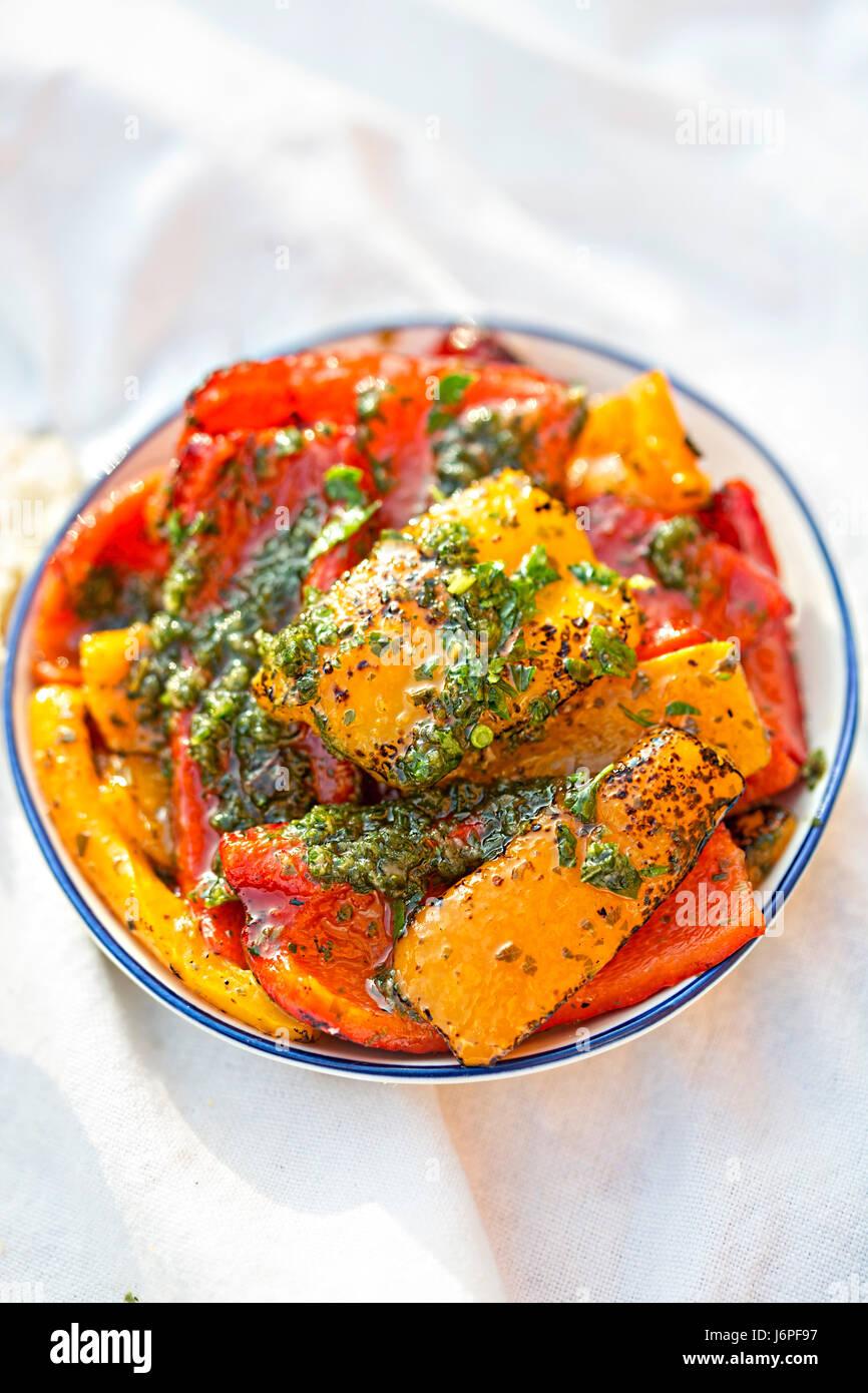 Antipasti - rosso, verde e peperoni rossi con pesto verde Foto Stock