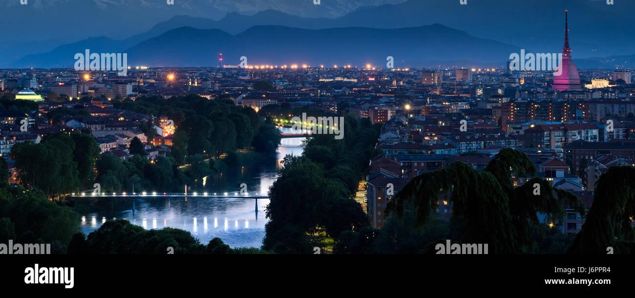 Torino cityscape panorama con il fiume Po e al crepuscolo Foto Stock