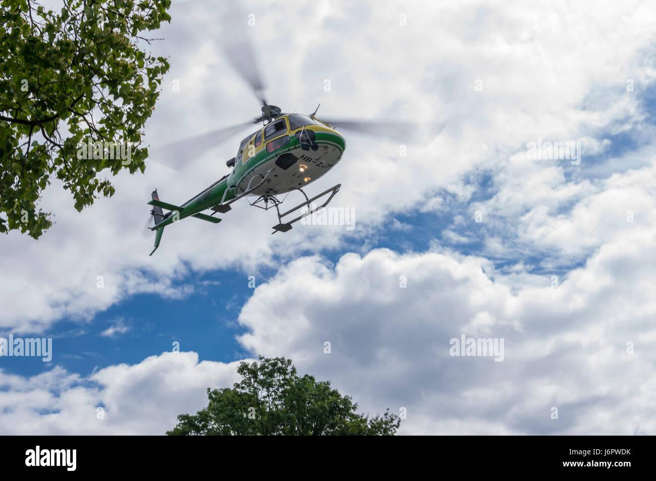 Airbus elicotteri (Aérospatiale/Eurocopter) come350 B3 'Écureuil' nell'aria, visto dal di Immagini Stock
