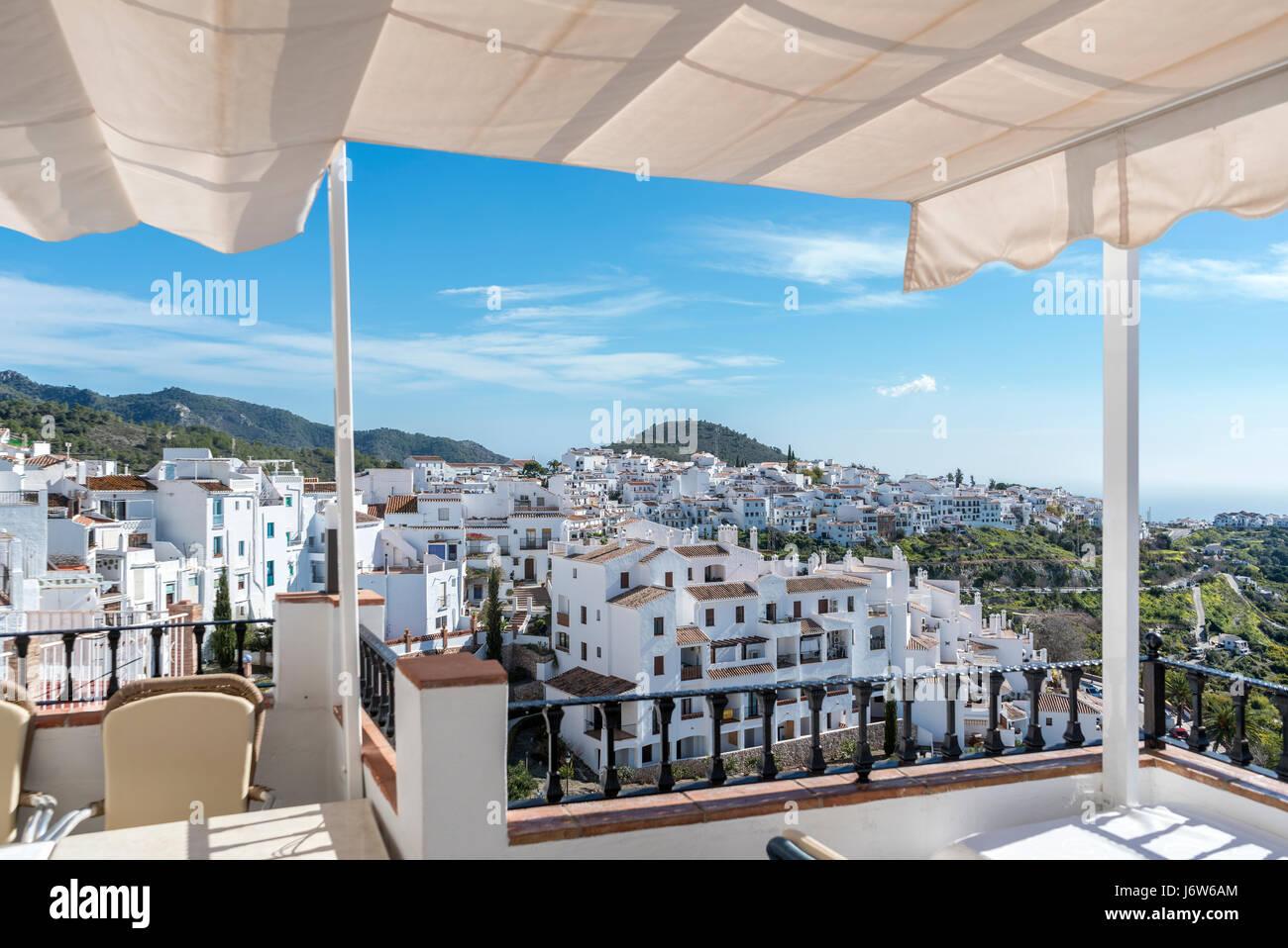 Frigiliana Costa del Sol, Andalusia. Frigiliana, il più bel villaggio in Spagna. La vista dalla terrazza del ristorante El Casino. Foto Stock