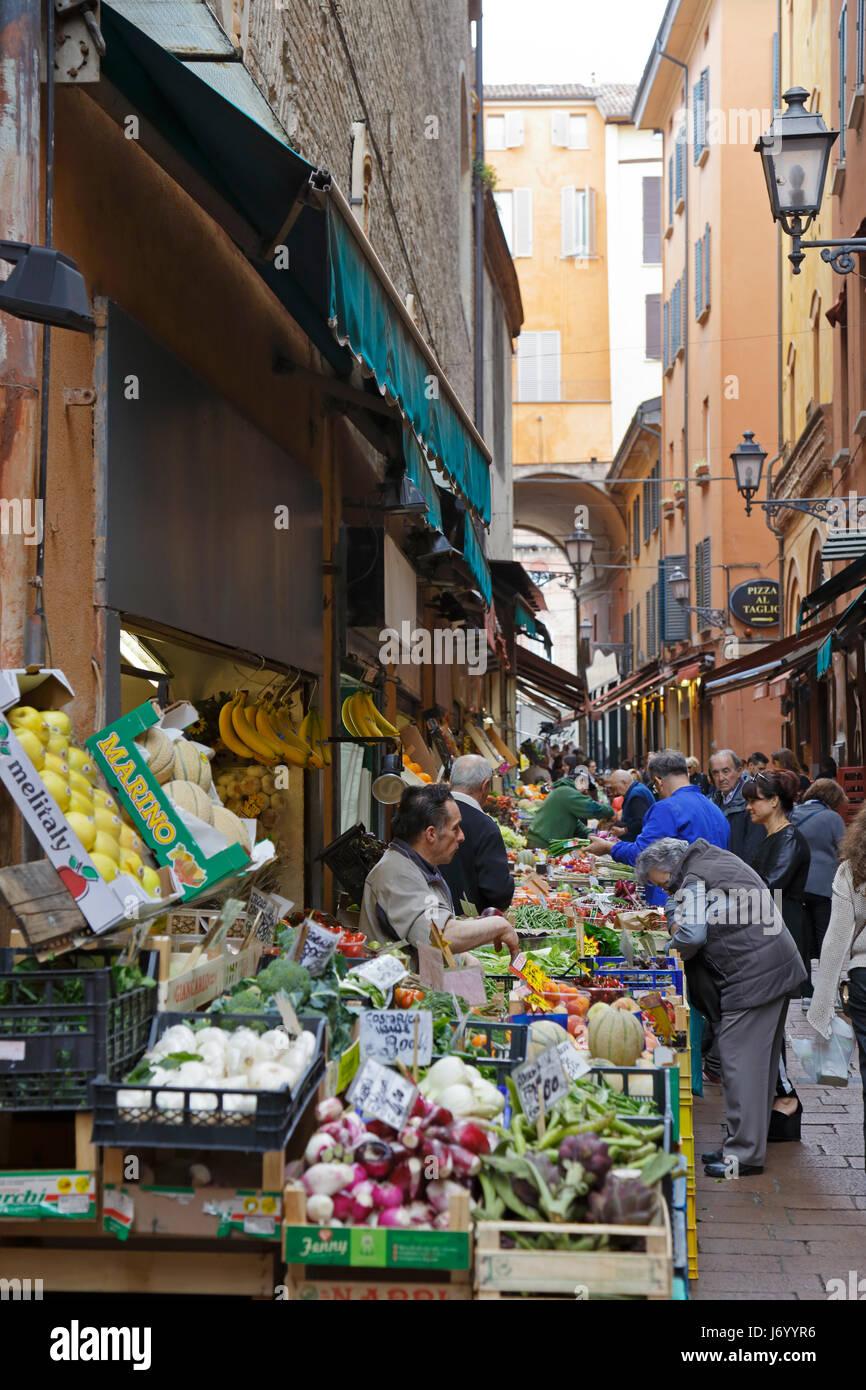 Bancarelle di frutta e verdura su 'buongustai Street' Via Pescherie Vecchie, via dei vecchi mercanti di Immagini Stock