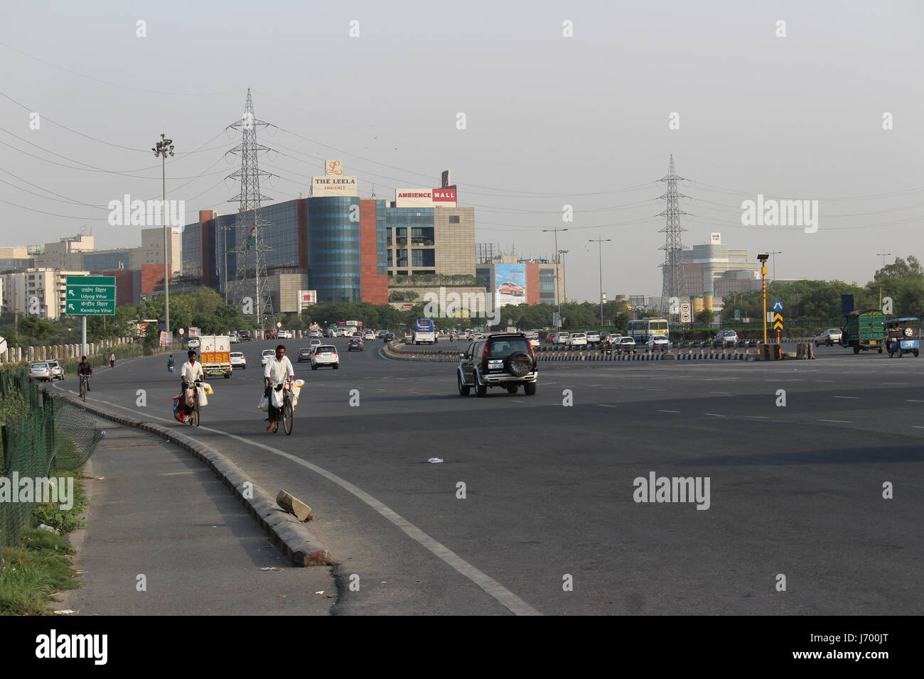 I veicoli che vanno da Delhi verso Gurgaon sull autostrada nazionale 8. Immagini Stock