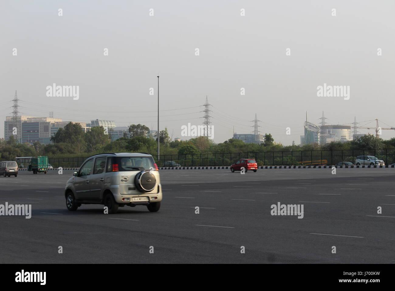 I veicoli che vanno da Delhi verso Gurgaon e provenienti da Gurgaon sull autostrada nazionale 8. Immagini Stock