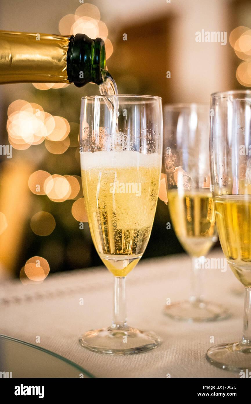 Versando il champagne Foto Stock