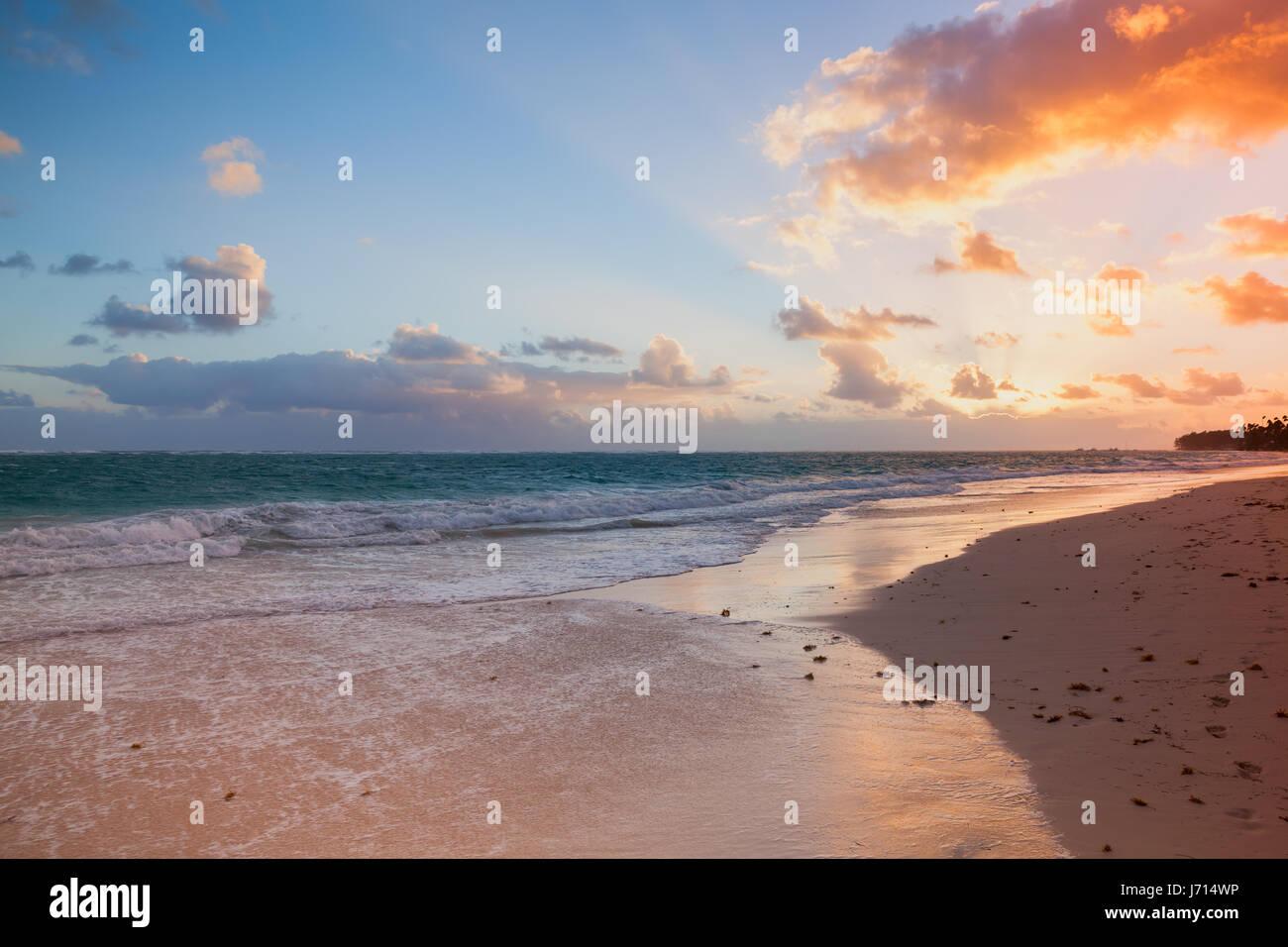 Orange sunrise oltre oceano Atlantico costa, Bavaro Beach, isola Hispaniola. Repubblica Dominicana, il paesaggio Immagini Stock