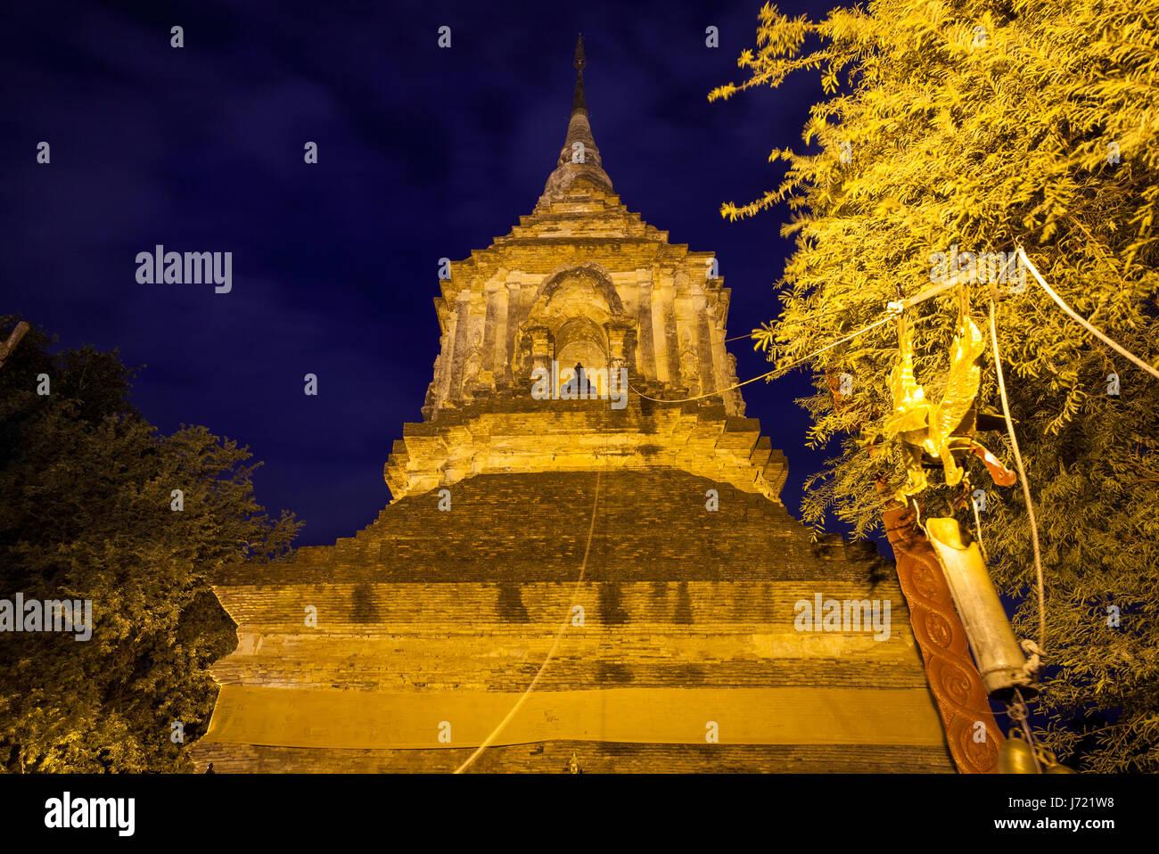 Grandi chedi al Wat Lok Molee, uno dei più antichi templi di Chiang Mai, Thailandia Foto Stock