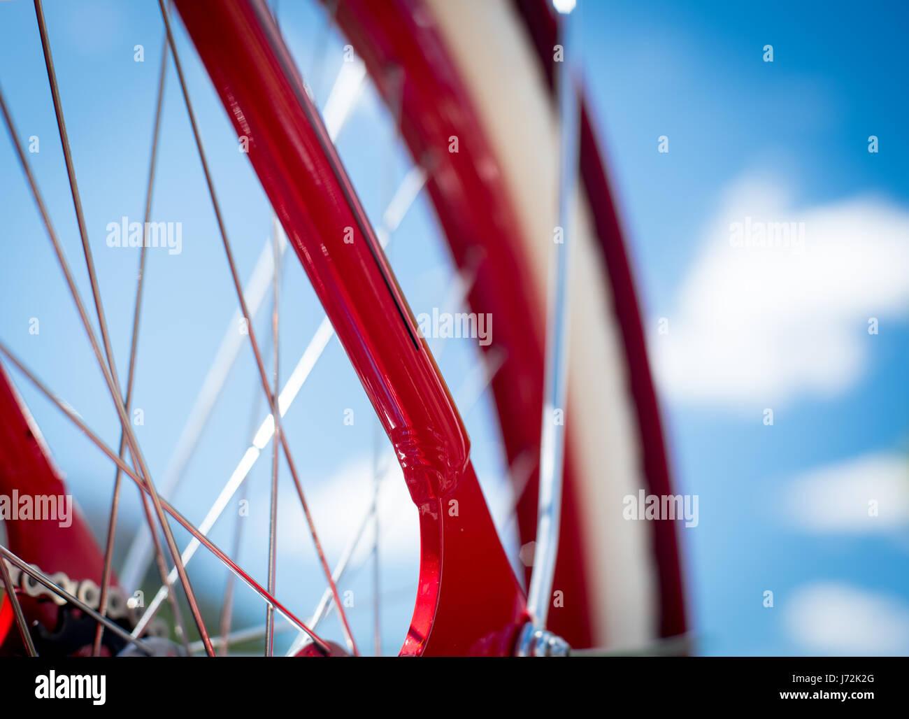 Parte del rosso telaio bicyle, bianco ruota sul cielo blu sullo sfondo, il concetto di uno stile di vita sano e Immagini Stock